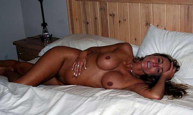 Hausfrau-liegt-auf-Bett-und-will-fickenl