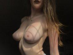 Junge Schönheit sucht eine Sexaffäre mit reifem Mann